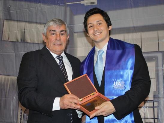 El estudiante Carlos Aravena recibió una distinción especial por obtener el mejor rendimiento académico de la promoción 2012