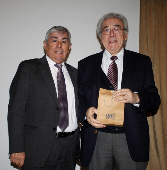 Bernabé Santelices, expuso temas referidos a la educación, ciencia y tecnología. Además recibió un reconocimiento por su labor investigativa
