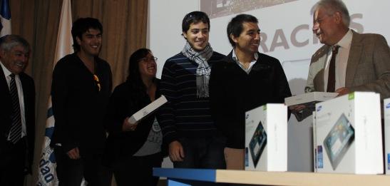 El Rector Luis Alberto Loyola hizo entrega de cien tablets, que serán usados por los estudiantes y usuarios de la Biblioteca