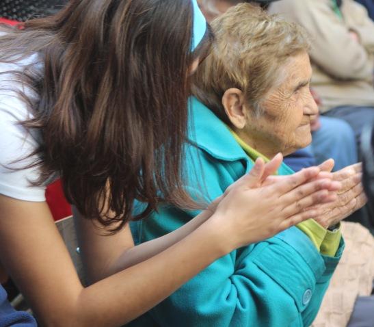 Estudiantes de Educación Física entregaron una mañana de alegría a los adultos mayores residentes del HC.